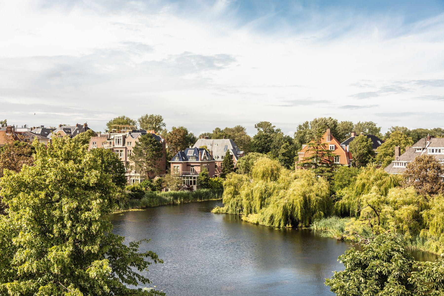Single Family Homes для того Продажа на Renovated townhouse with swimmingpool and cabrio-roof! Sophialaan 31 Амстердам, North Holland 1075 BL Нидерланды