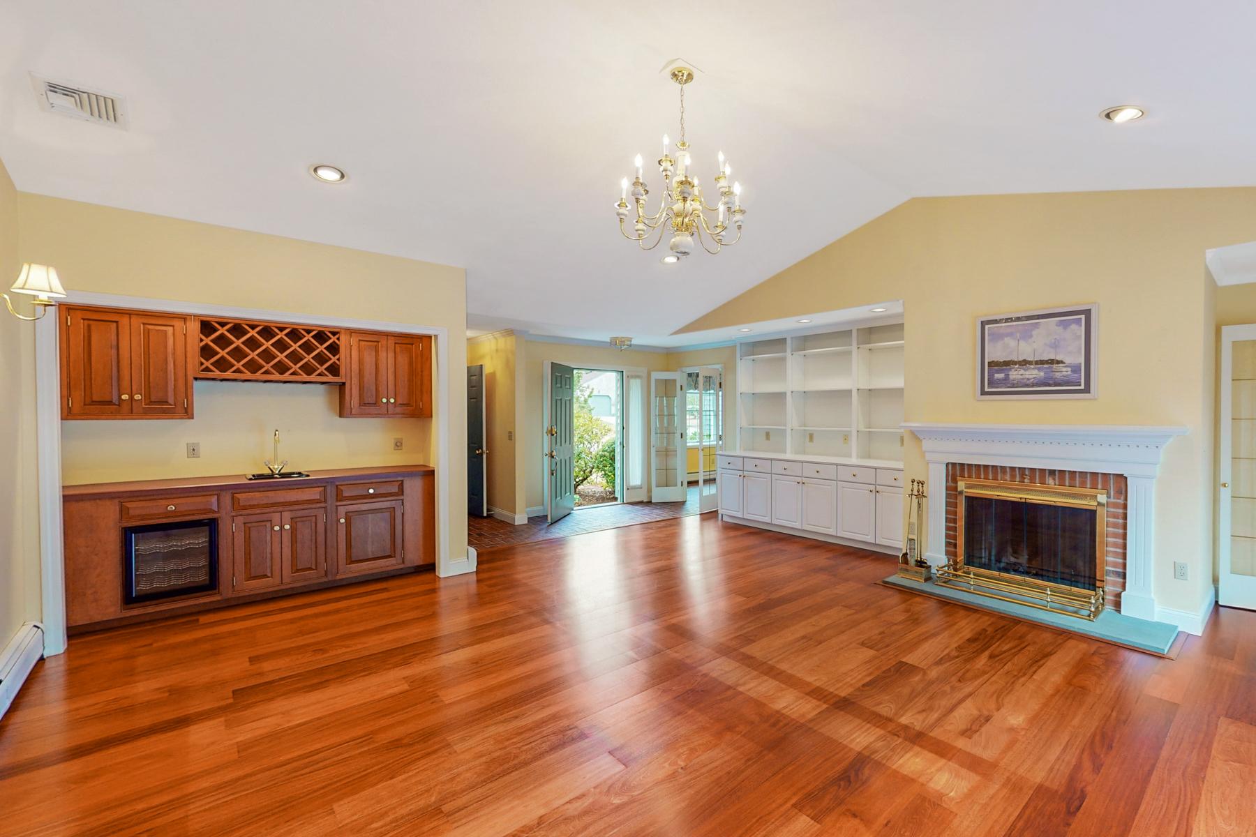 Condominiums 为 销售 在 Single Level Condo in Quiet Community 115 Young Drive 朴茨茅斯, 罗得岛 02871 美国