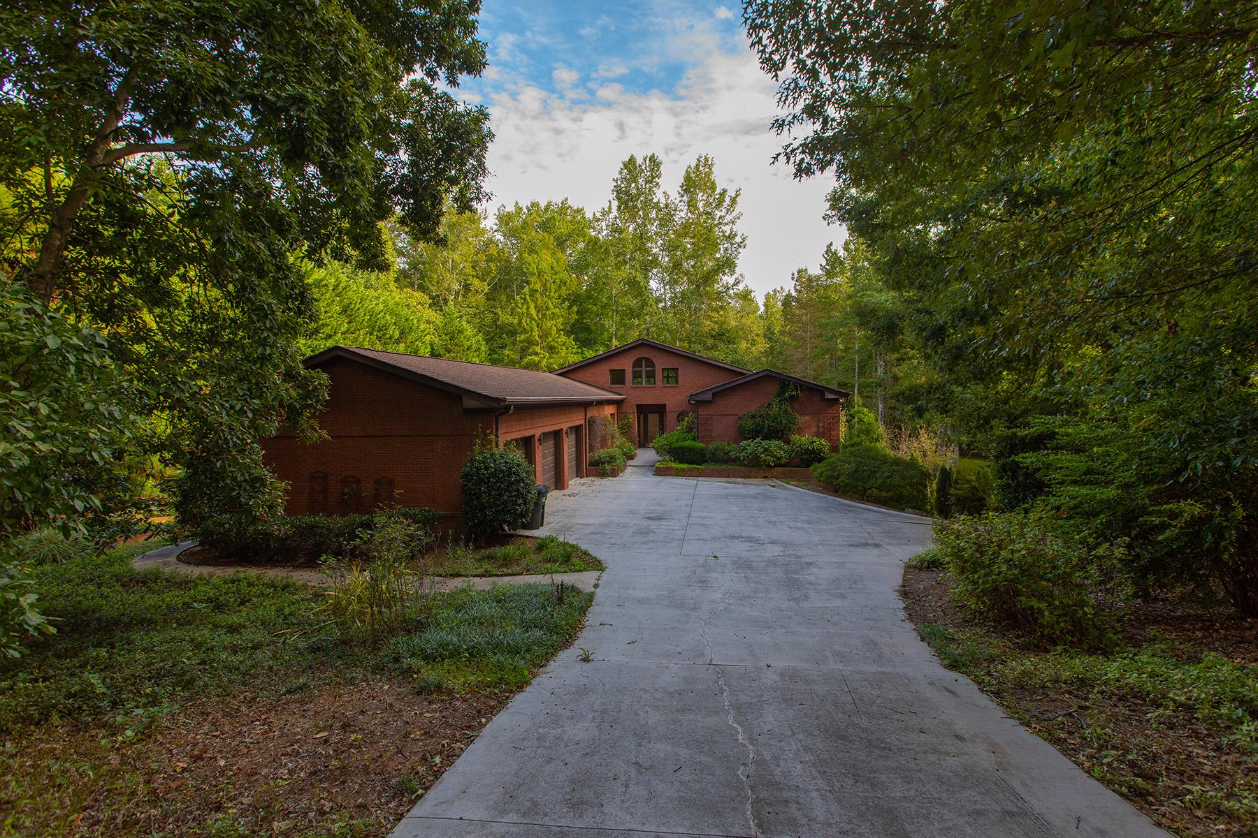 Single Family Homes por un Venta en Recently Updated, Spacious Ranch-Style Home 2315 E Maddox Road, Buford, Georgia 30519 Estados Unidos