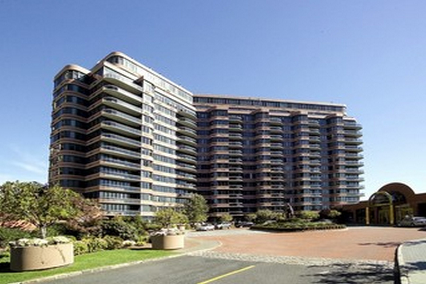 Condominiums للـ Sale في Carlyle Towers 100 Carlyle Drive #10LN, Cliffside Park, New Jersey 07010 United States