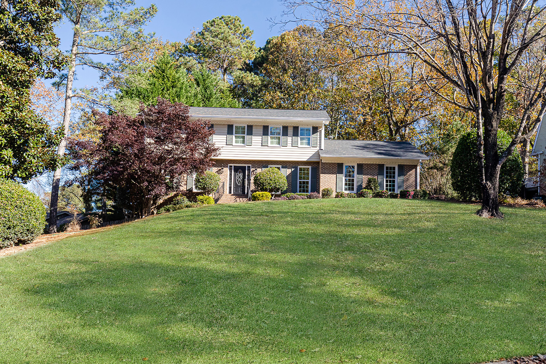 Single Family Homes per Vendita alle ore Beautiful Updated Home in Austin Elementary 5095 Pine Bark Circle, Dunwoody, Georgia 30338 Stati Uniti