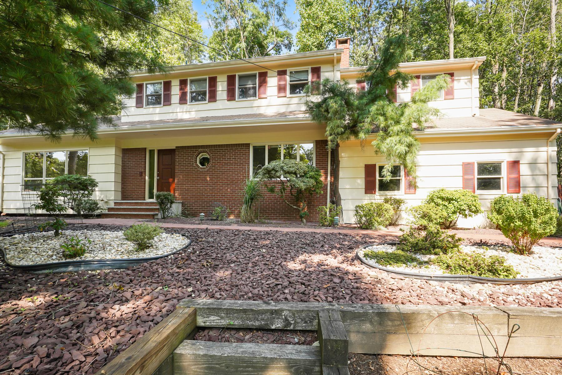 Single Family Homes för Försäljning vid Meticulous Custom Colonial on a Private, Wooded Lot 16 Sunrise Drive, Morris Plains, New Jersey 07950 Förenta staterna