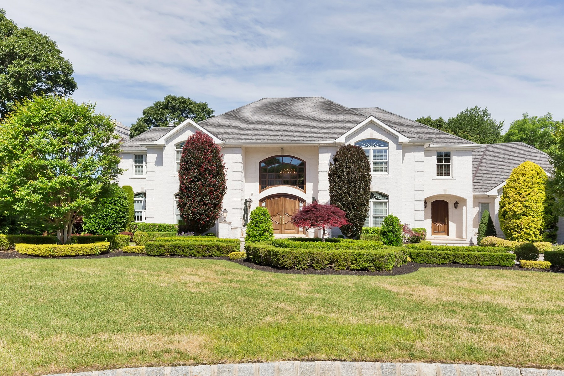 Single Family Homes para Venda às Sophisticated Elegance 3 Bucks Mill Lane, Holmdel, Nova Jersey 07733 Estados Unidos