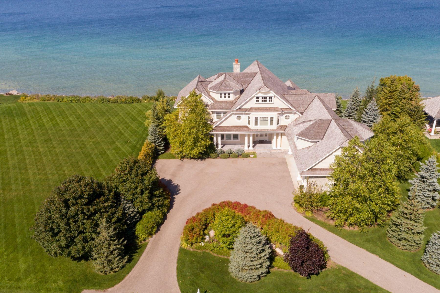Single Family Homes 為 出售 在 Grand and Inviting Waterfront Home 3910 Peninsula Drive, Bay Harbor, 密歇根州 49770 美國