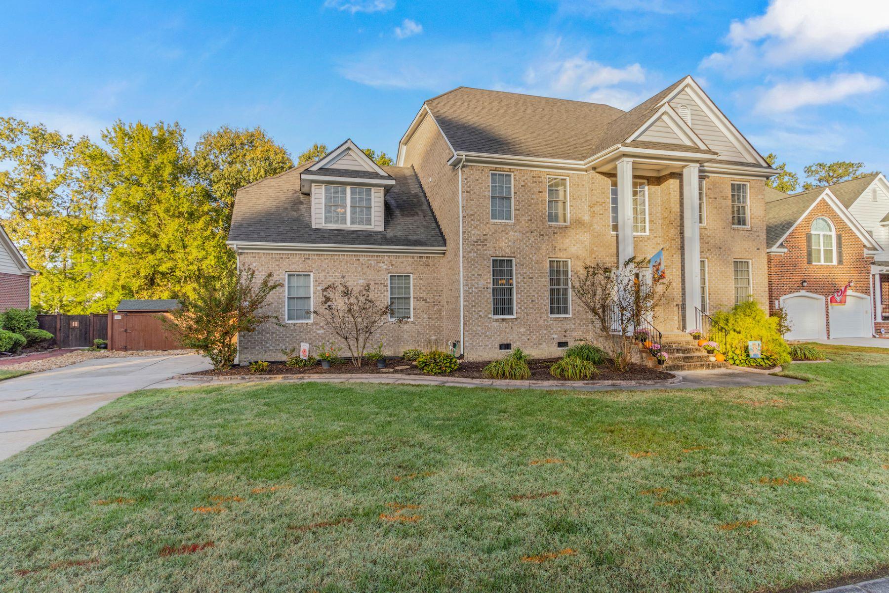 Single Family Homes pour l Vente à Cedar Pines 328 Naples Court, Chesapeake, Virginia 23322 États-Unis