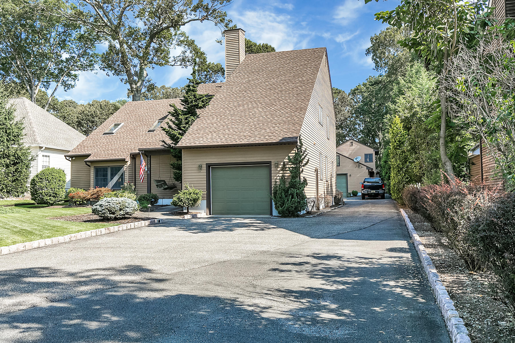 Single Family Homes för Försäljning vid Meticulously Maintained And Beautifully Landscaped Custom Built Home 229 Summit Avenue, Island Heights, New Jersey 08732 Förenta staterna
