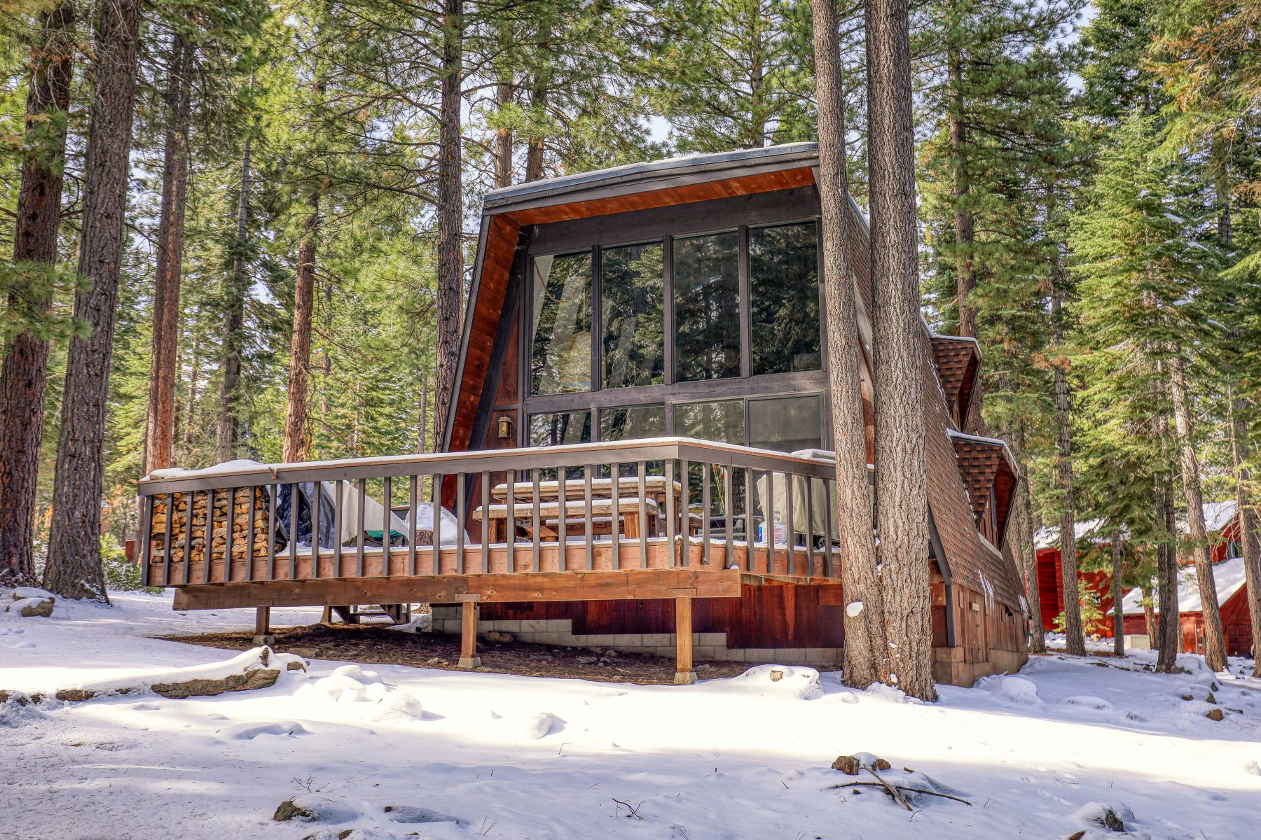 Single Family Homes 为 销售 在 Updated Vintage Cabin in the Woods 1609 Deer Path 特拉基, 加利福尼亚州 96161 美国