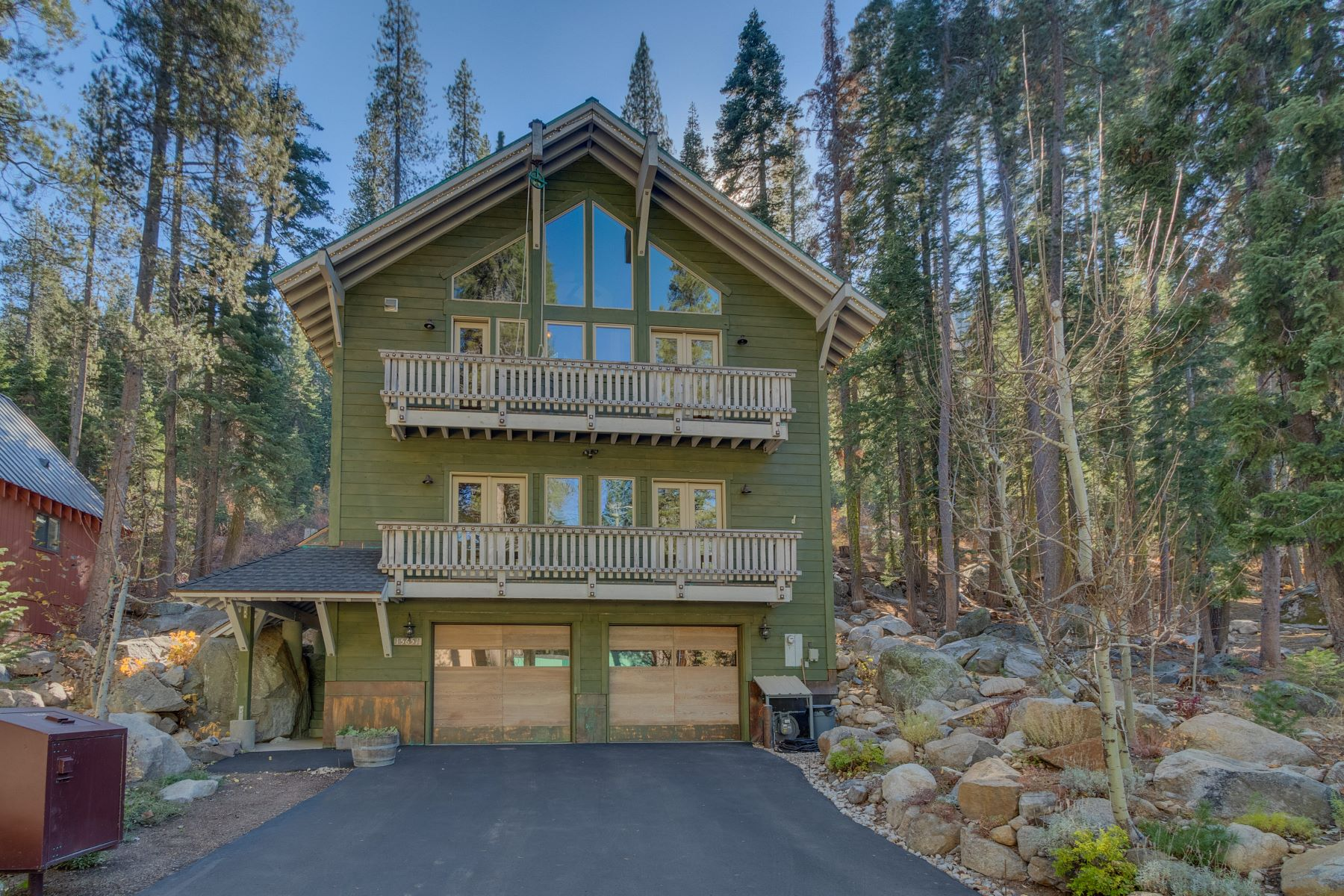 Property 为 销售 在 Boulder Retreat Donner Lake House 15651 Conifer Drive 特拉基, 加利福尼亚州 96161 美国