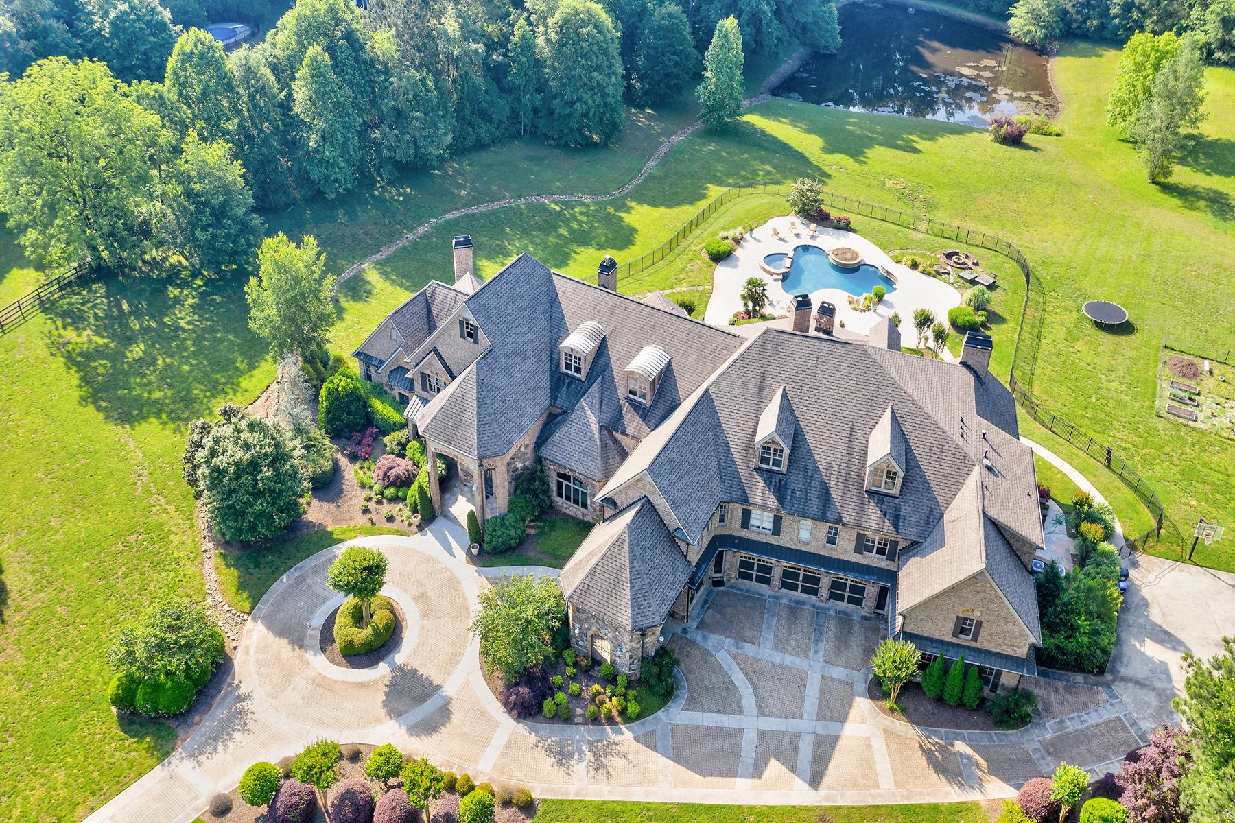 Single Family Homes por un Venta en A Dreamy European-Style Estate Waits For Your Arrival 4186 N Arnold Mill Road, Woodstock, Georgia 30188 Estados Unidos