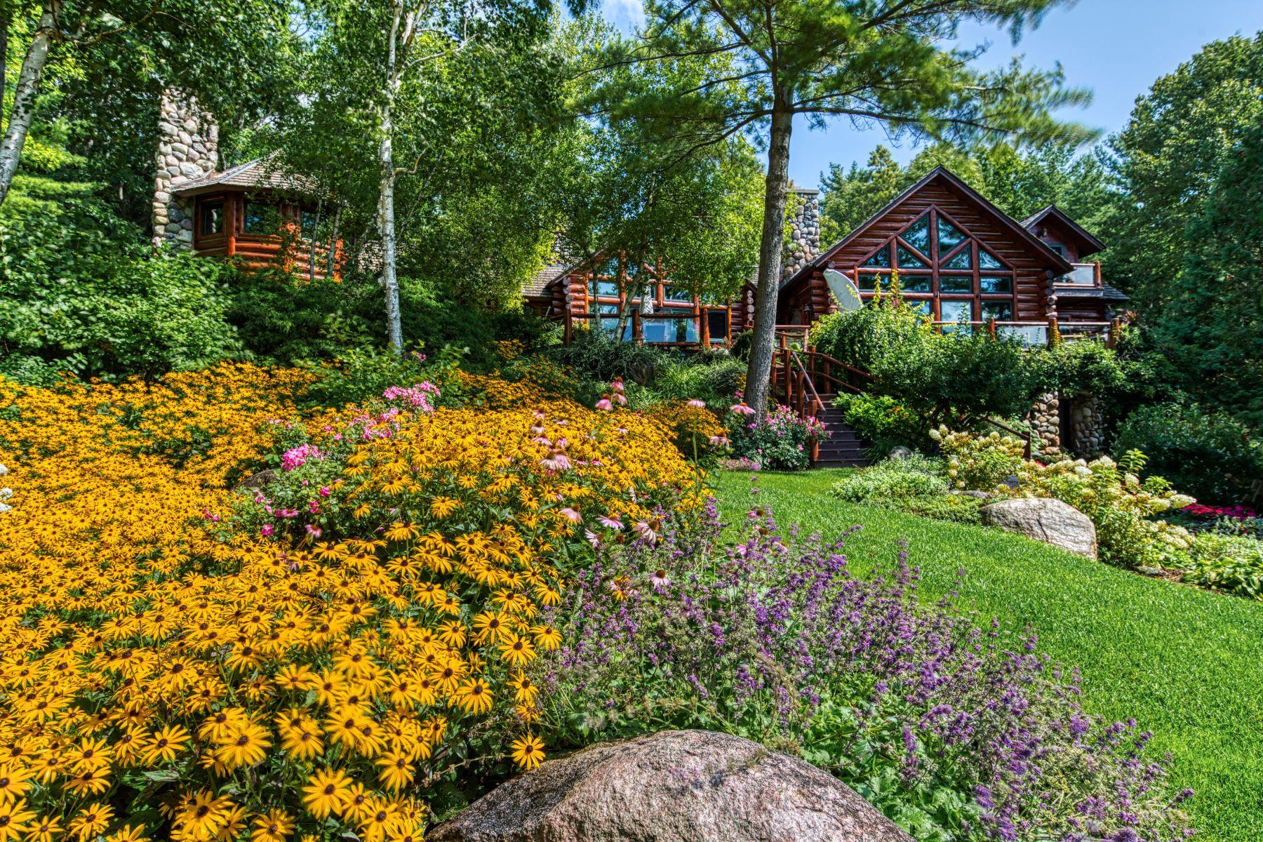 Single Family Homes 為 出售 在 Incomparable custom log home on Lake Charlevoix 03080 Tall Pines, Boyne City, 密歇根州 49712 美國
