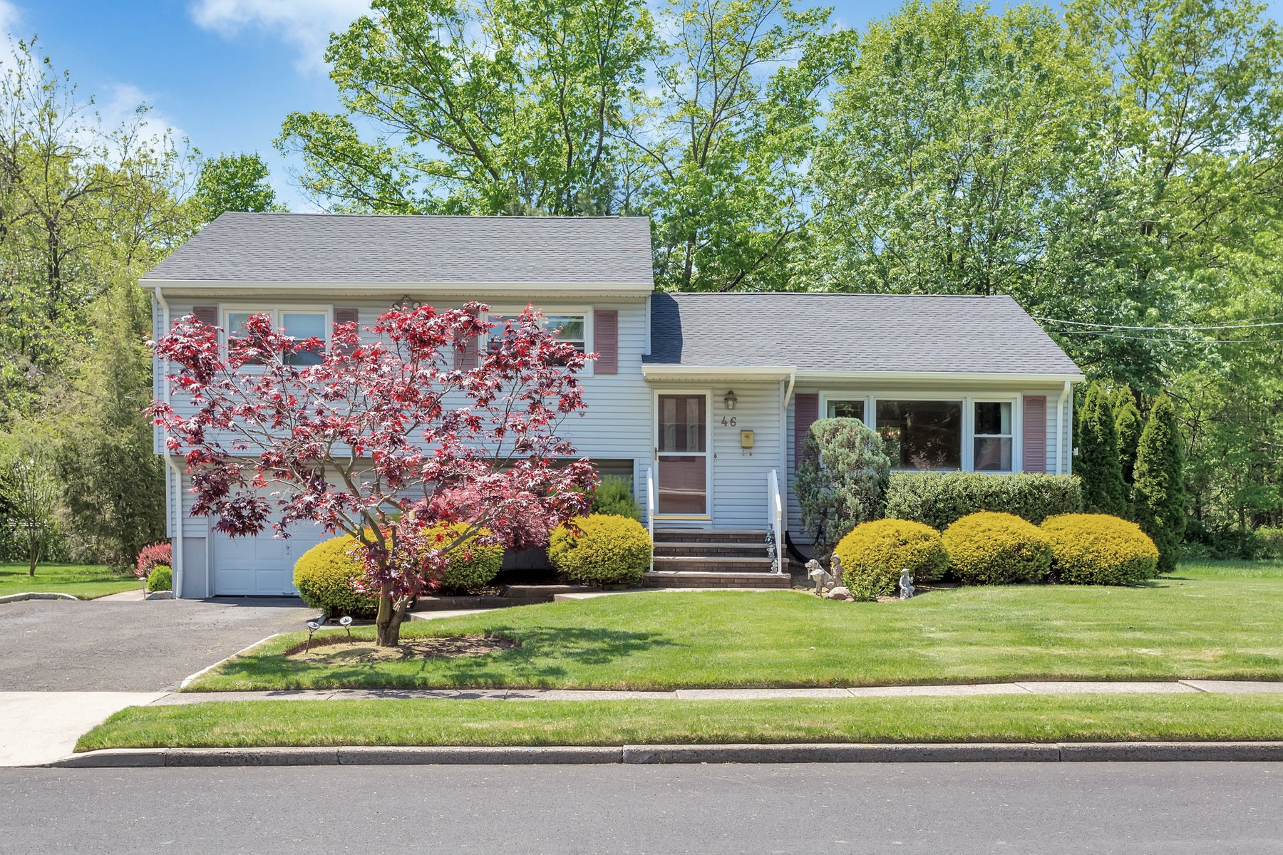 Single Family Homes للـ Sale في Beautiful Split Level Home 46 Nottingham Road, Fair Lawn, New Jersey 07410 United States