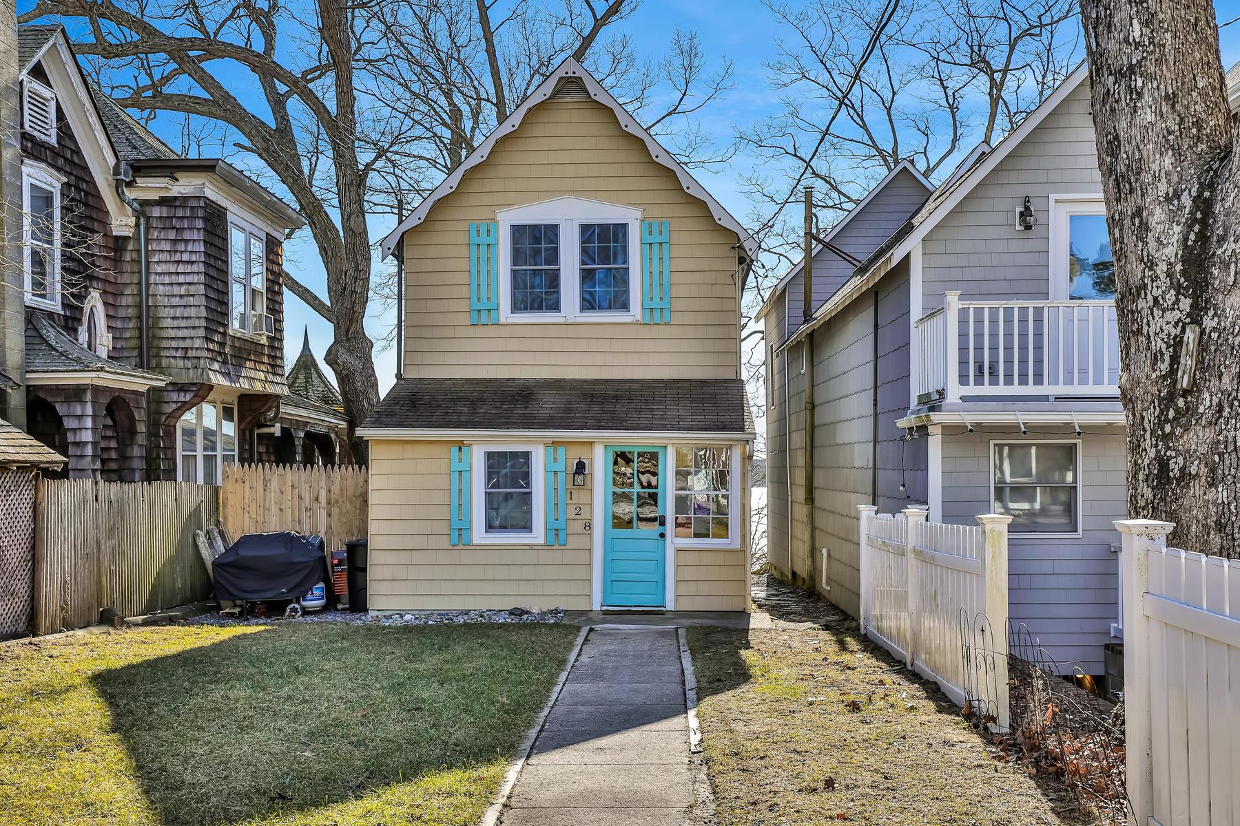 Single Family Homes för Försäljning vid Adorable Riverfront Cottage Style Home 128 E Camp Meeting Avenue, Island Heights, New Jersey 08732 Förenta staterna