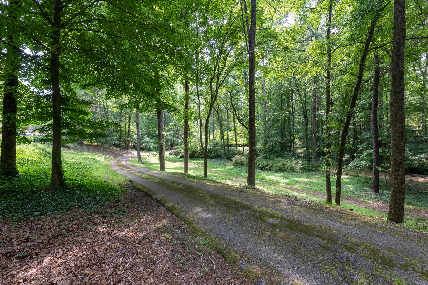 Terreno per Vendita alle ore Gorgeous 2+/- Acre Flat Corner Lot in Prime Location 1340 W Garmon Road, Sandy Springs, Georgia 30327 Stati Uniti