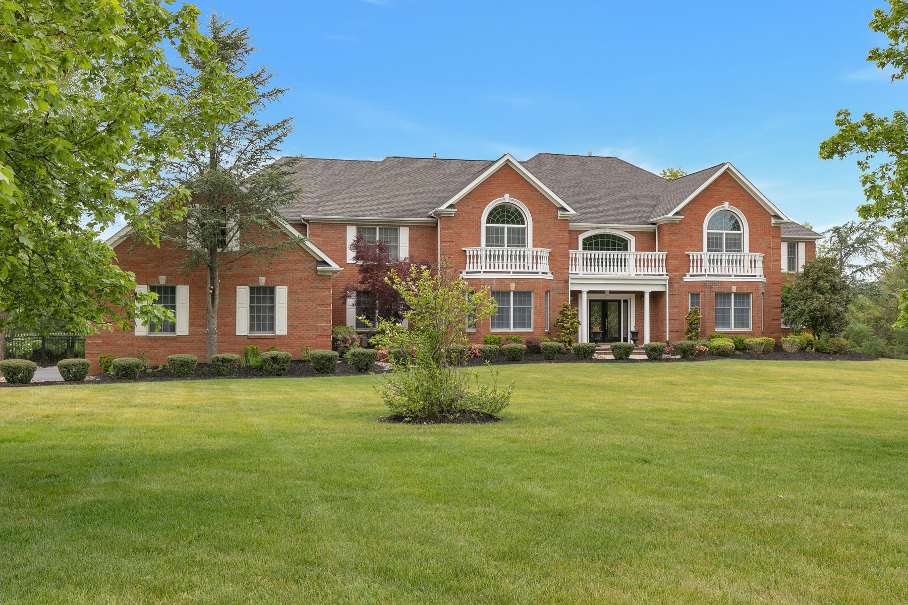 Single Family Homes 为 销售 在 Grand Custom Colonial 20 Hillcrest Drive, Colts Neck, 新泽西州 07722 美国