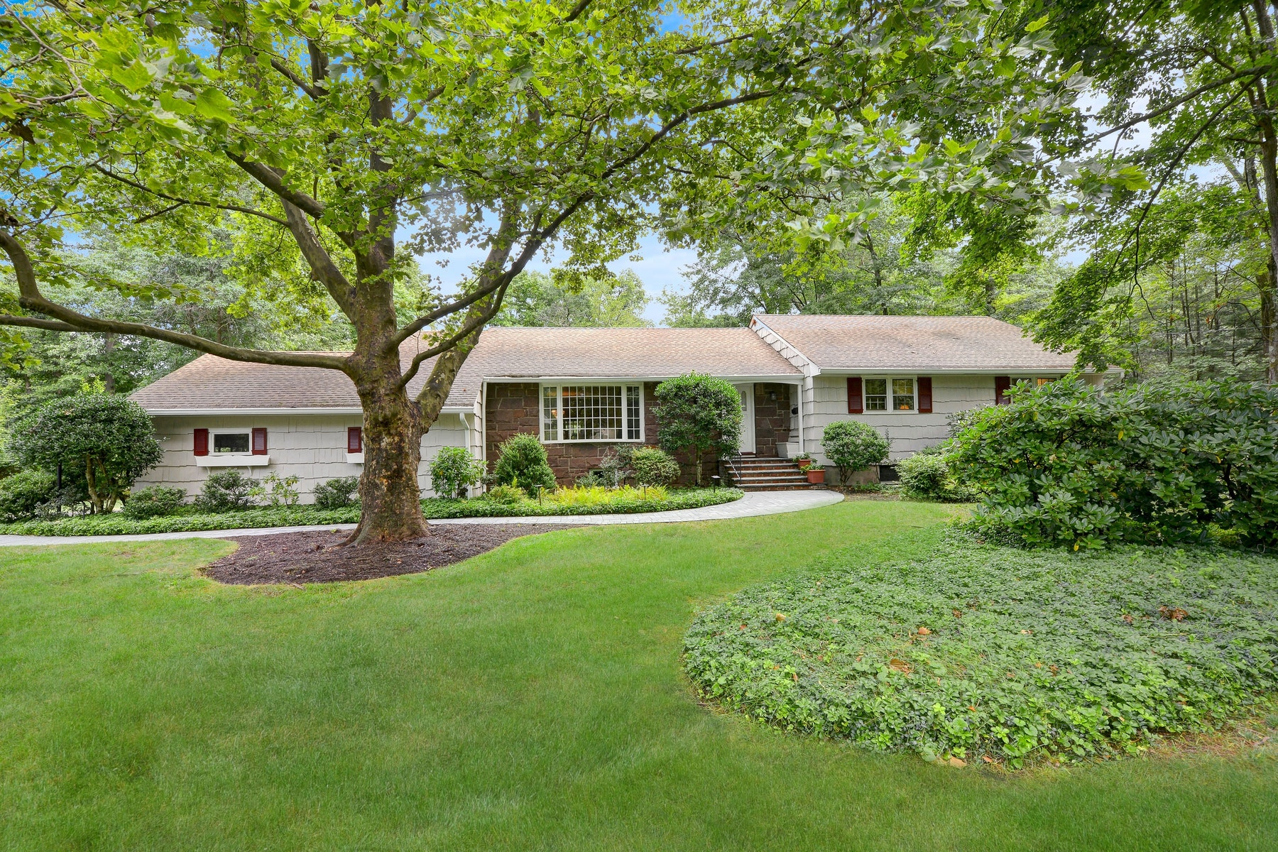 Single Family Homes vì Bán tại Sprawling Ranch 9 Edgewood Rd, Allendale, New Jersey 07401 Hoa Kỳ