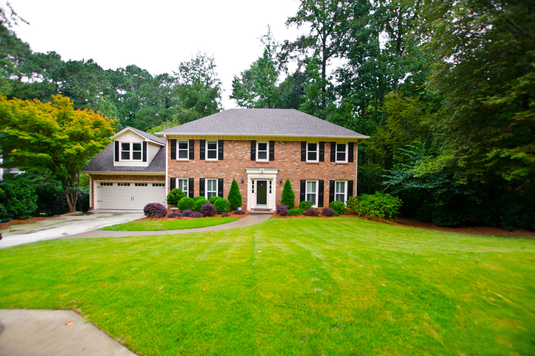 Single Family Homes 为 销售 在 Fully Renovated Home in Peachtree Corners 4852 Riveredge Drive, Peachtree Corners, 乔治亚州 30096 美国