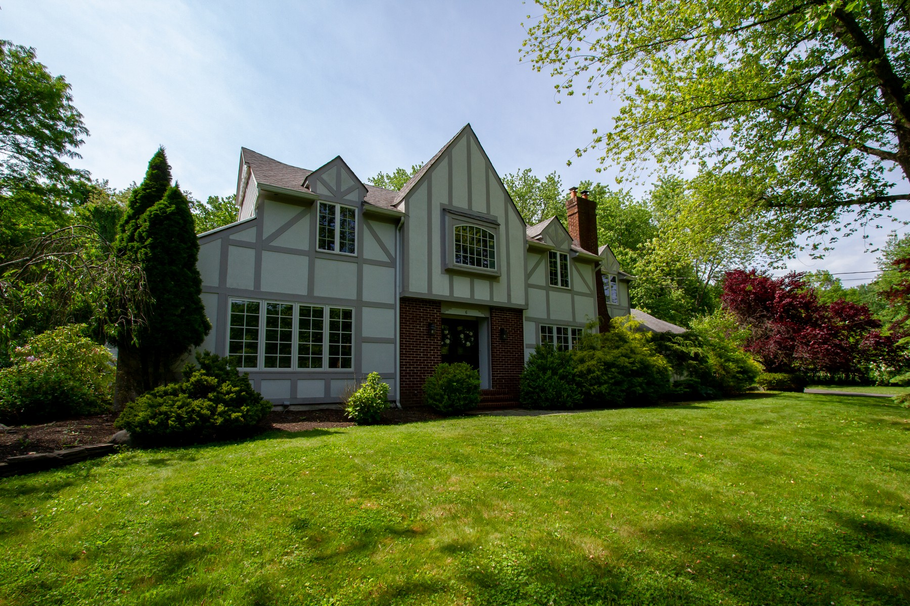 Single Family Homes 為 出售 在 Beautiful Tudor Sits on Park-Like Property in Chapel Hill 6 Seneca Dr, Middletown, 新澤西州 07748 美國