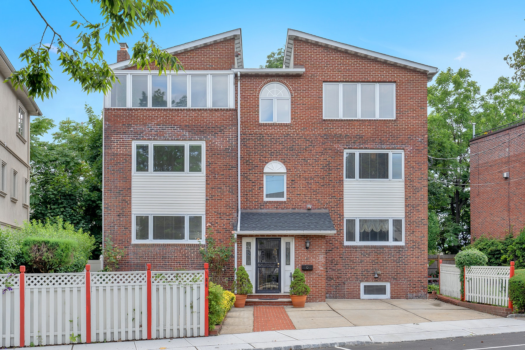 Single Family Homes for Sale at ON A PRIVATE, QUIET AND HIDDEN DEAD END LANE IN THE WEEHAWKEN BLUFFS AREA, 64 Kingswood Road, Weehawken, New Jersey 07086 United States