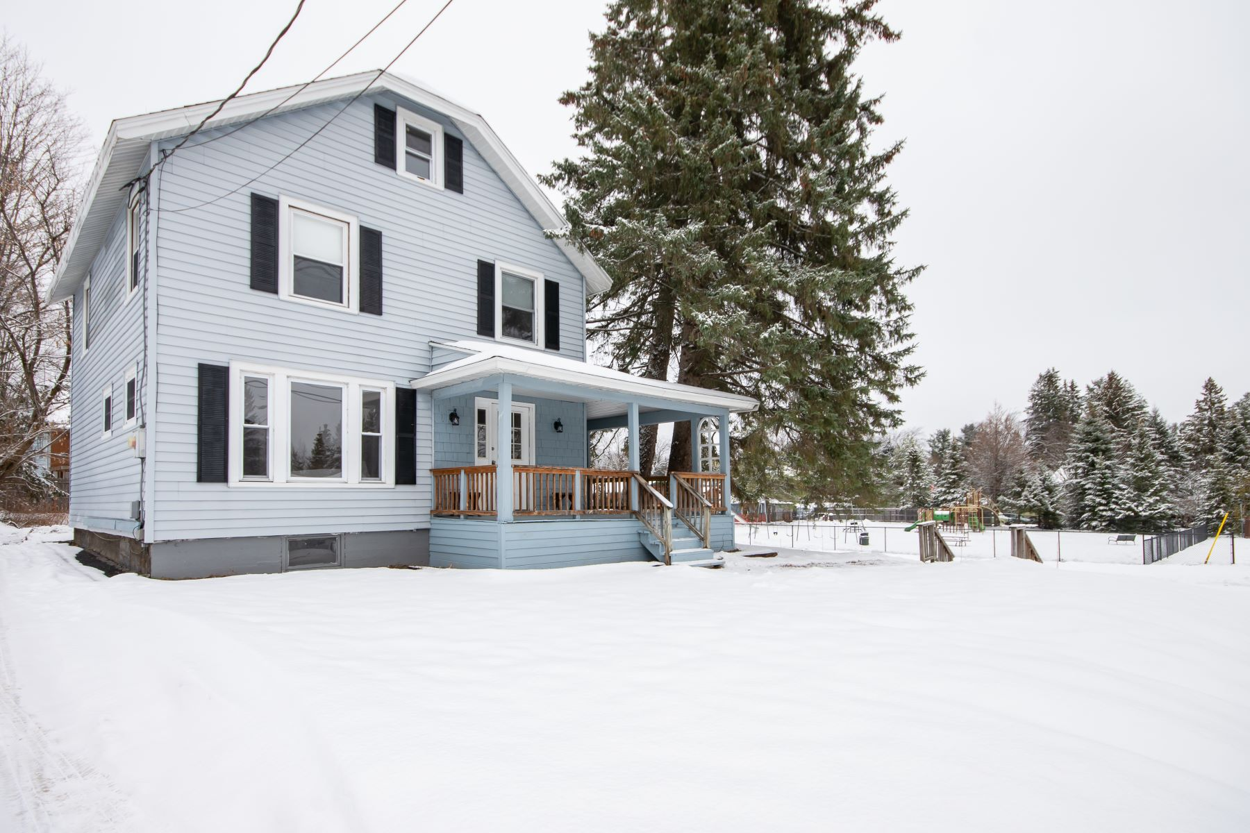 Single Family Homes 為 出售 在 93 Newman Road, Lake Placid, NY 12946 Lake Placid, 纽约 12946 美國
