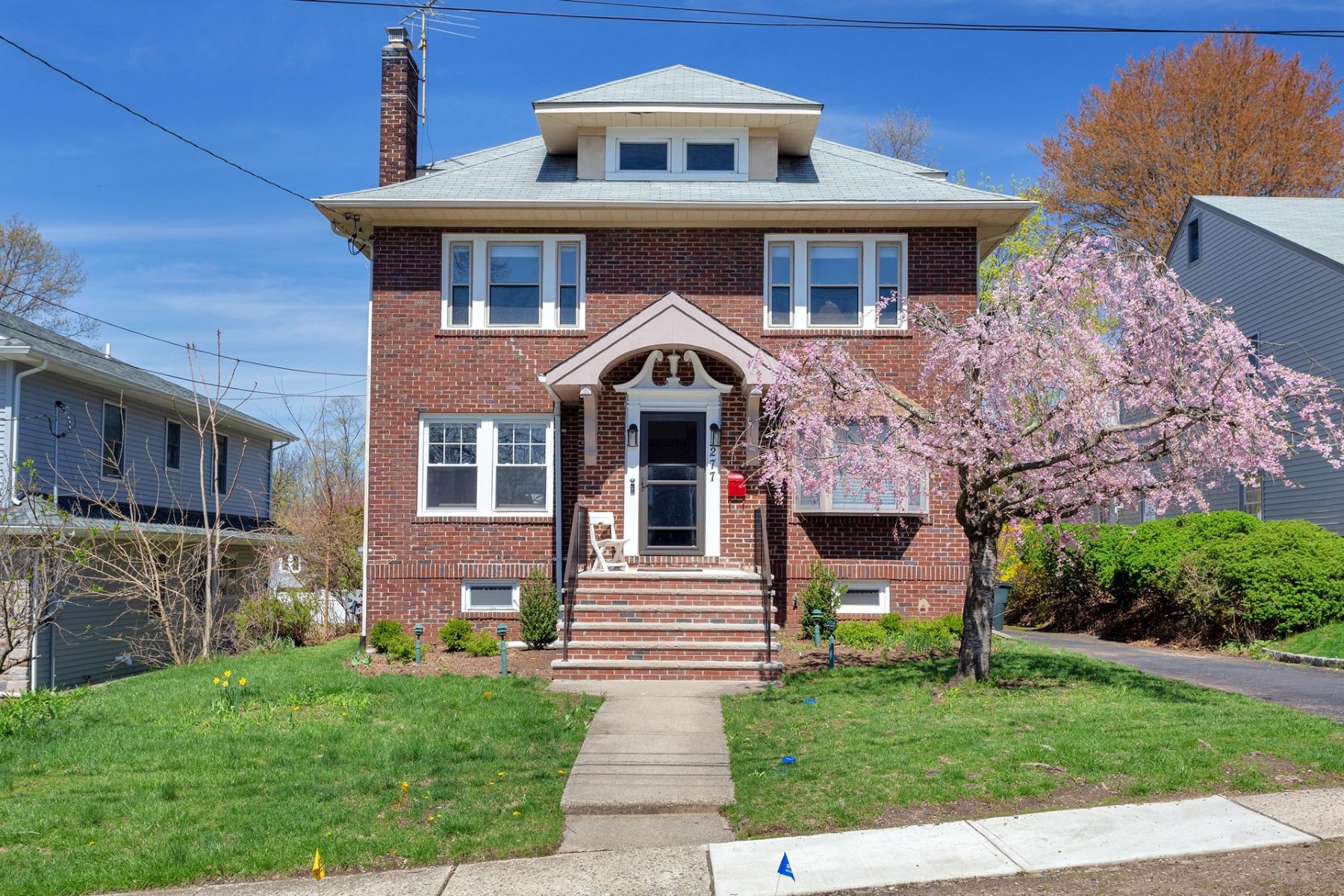 Single Family Homes для того Продажа на Center Hall Colonial 277 Merrison Street, Teaneck, Нью-Джерси 07666 Соединенные Штаты