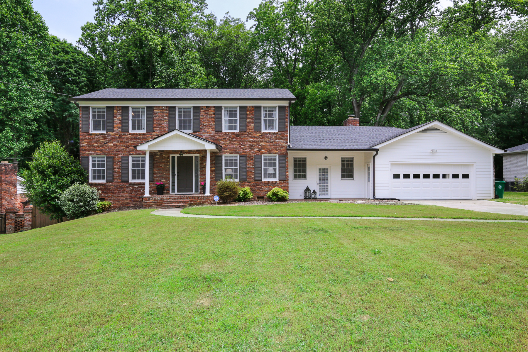Single Family Homes por un Venta en Darling Dunwoody Traditional Home 1614 Bishop Hollow Run, Dunwoody, Georgia 30338 Estados Unidos
