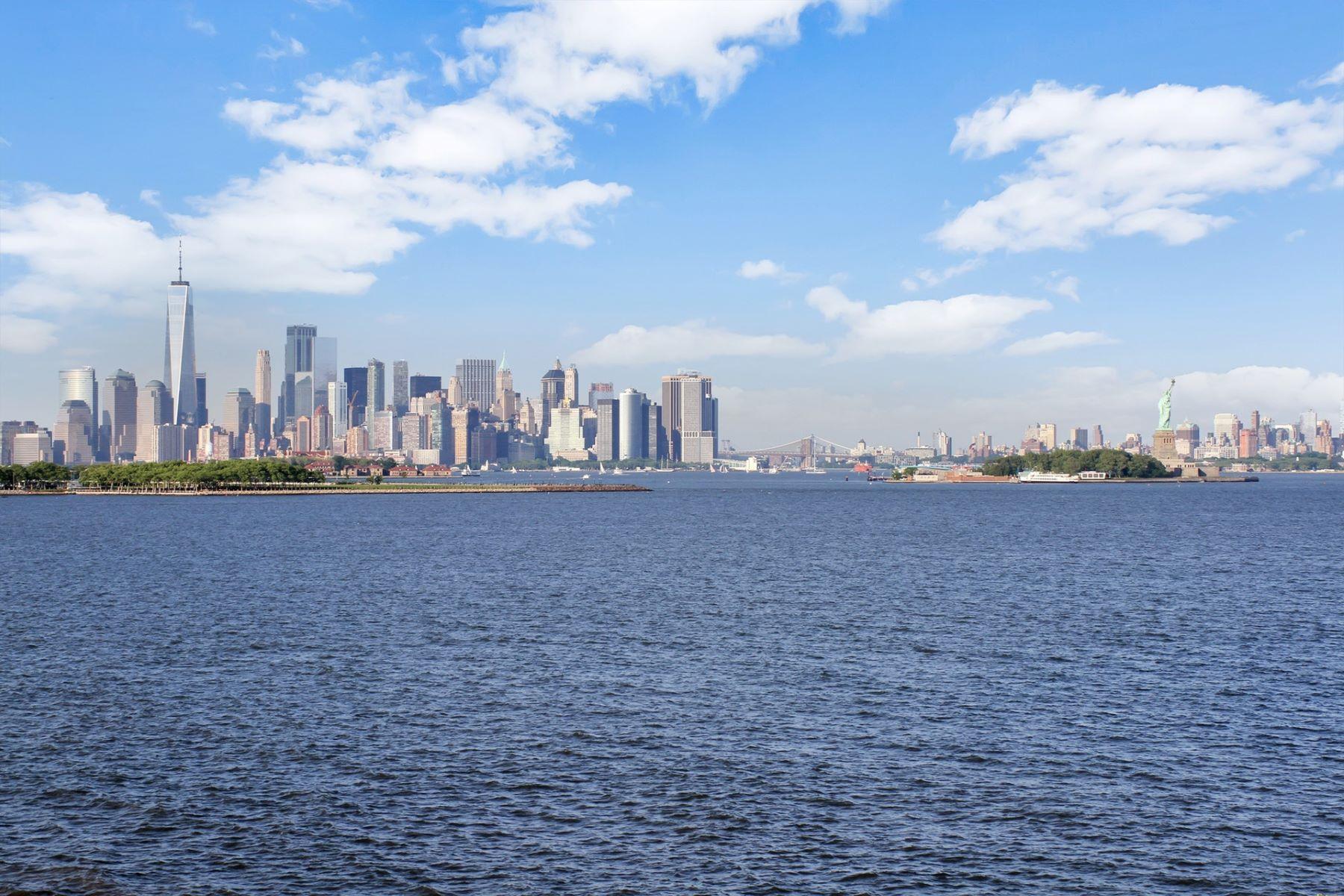 Condominiums för Försäljning vid Located in the gated community of Port Liberté, 103 Shearwater Ct #TH, Jersey City, New Jersey 07305 Förenta staterna