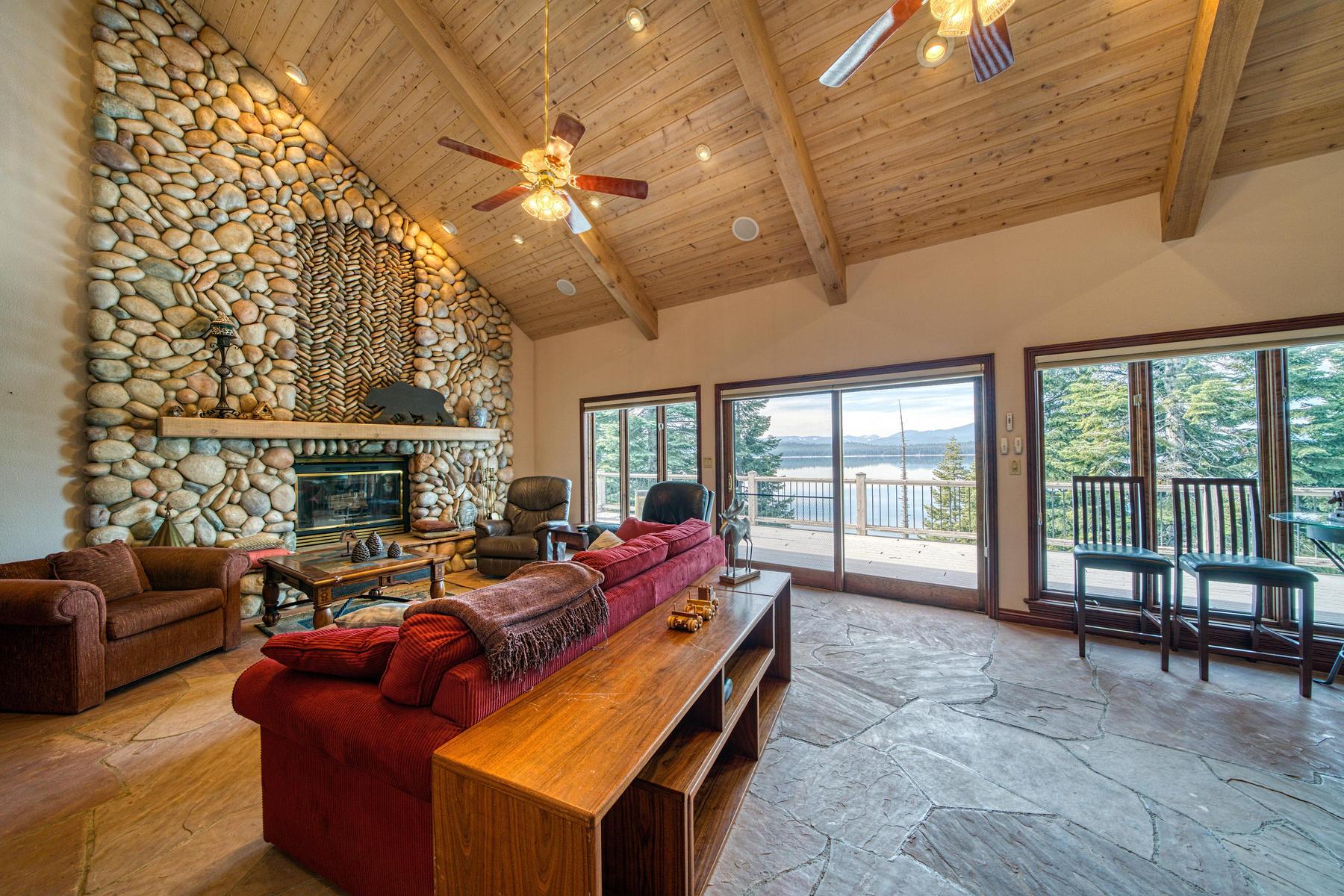 Property 为 销售 在 Beautiful lake front home 925 Lassen View Drive Lake Almanor, 加利福尼亚州 96137 美国