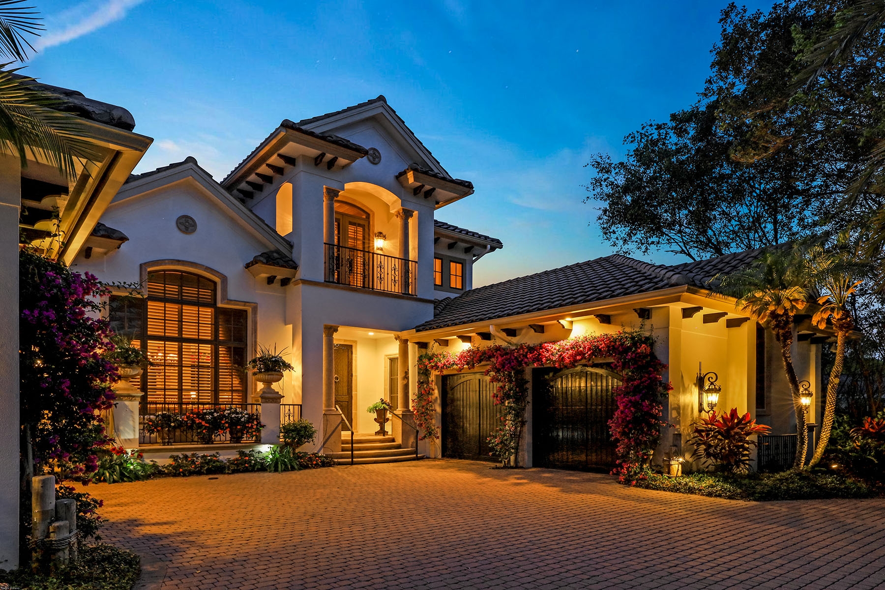 Single Family Homes для того Продажа на NAPLES - MOORINGS 510 Anchor Rode Drive Неаполь, Флорида 34103 Соединенные Штаты