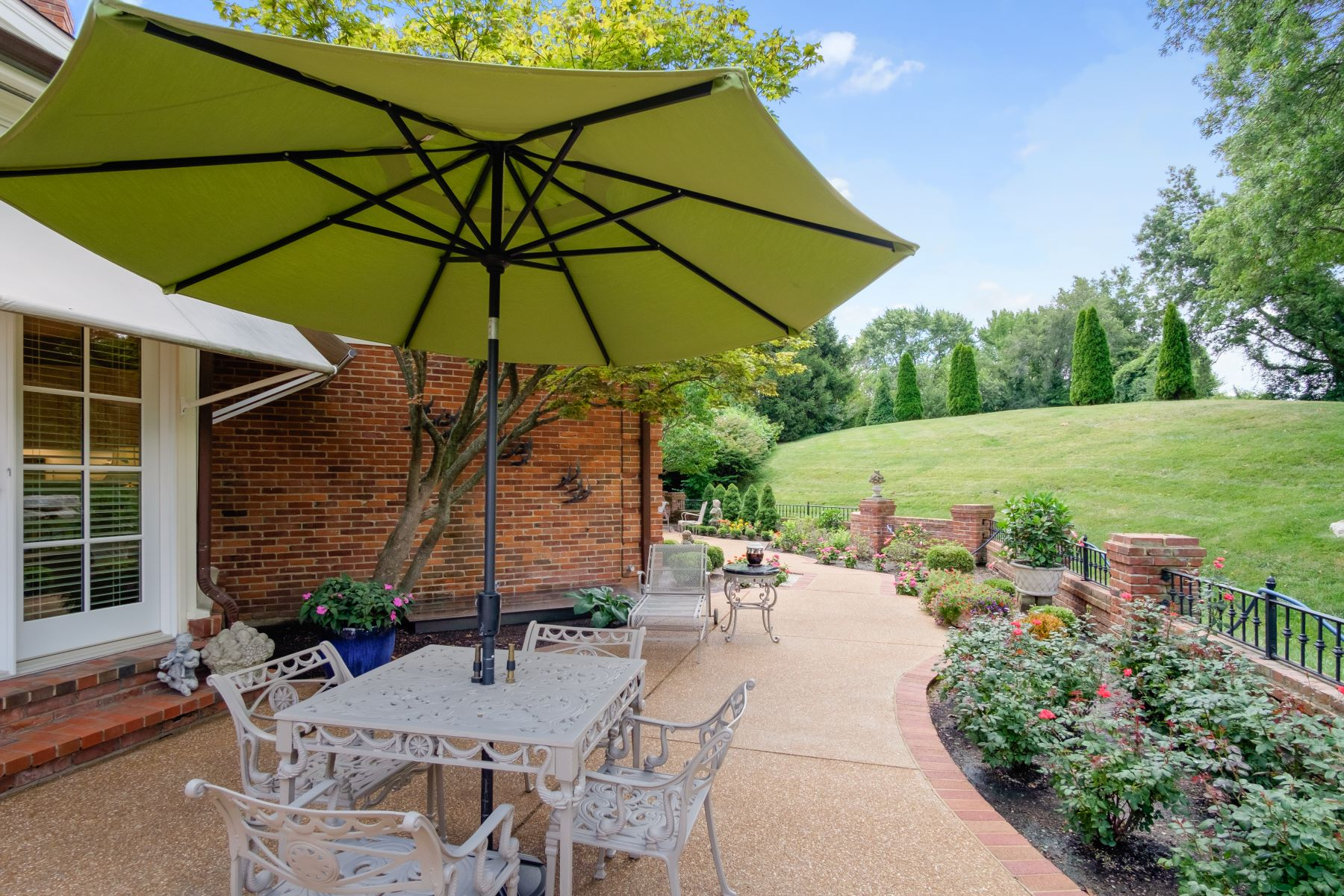 Additional photo for property listing at Luxury Condo In The Heart Of Creve Coeur 20 Woodbridge Manor Road Creve Coeur, Missouri 63141 United States