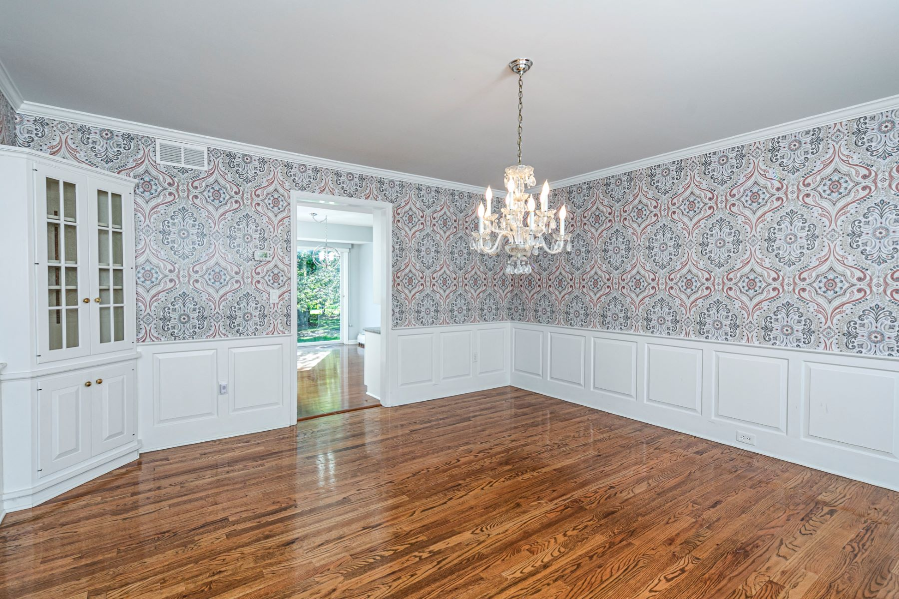 Additional photo for property listing at Nicely Updated with Bonus Space to Suit Any Need 9 Foxcroft Drive, Princeton, New Jersey 08540 United States