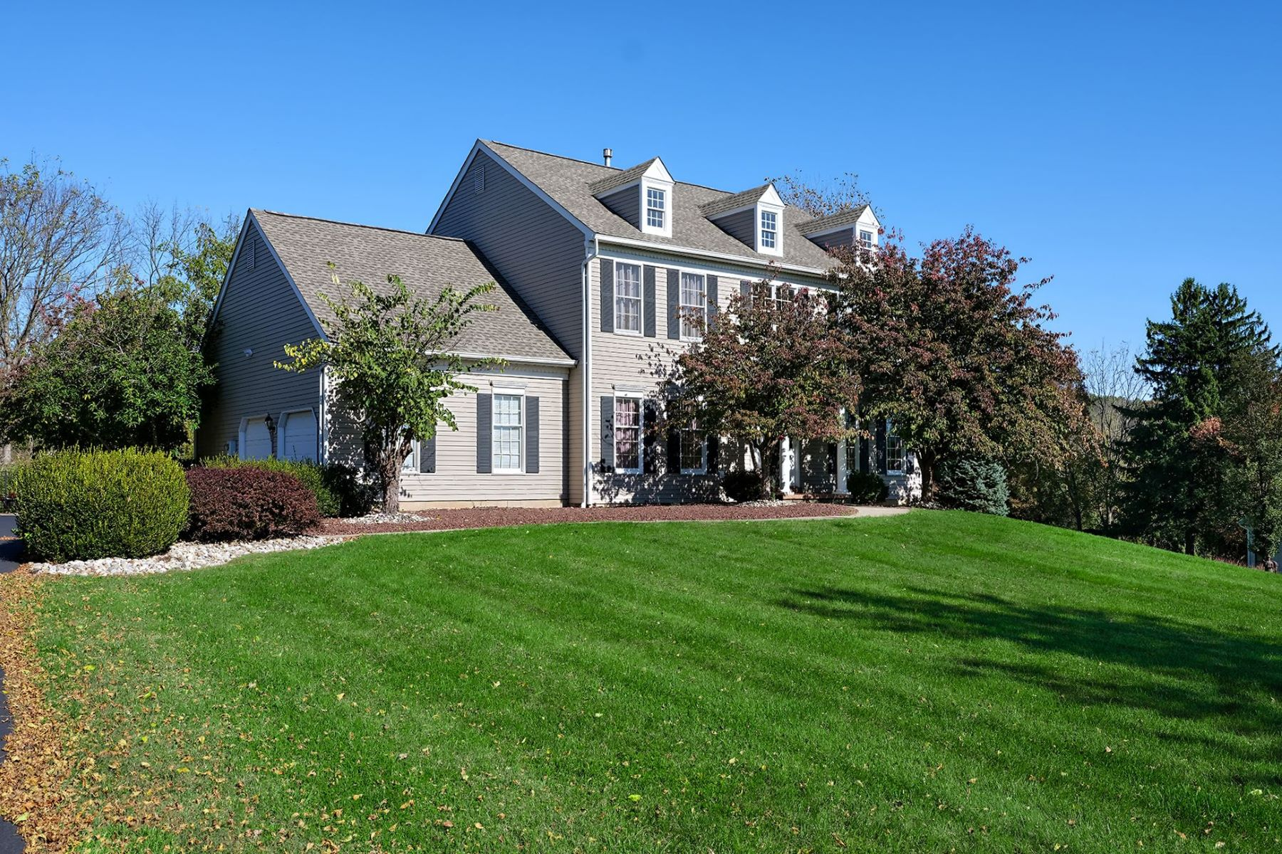 Single Family Homes por un Venta en A Home That Radiates Warmth and Comfort 4 Meadow Run Road, Milford, Nueva Jersey 08848 Estados Unidos