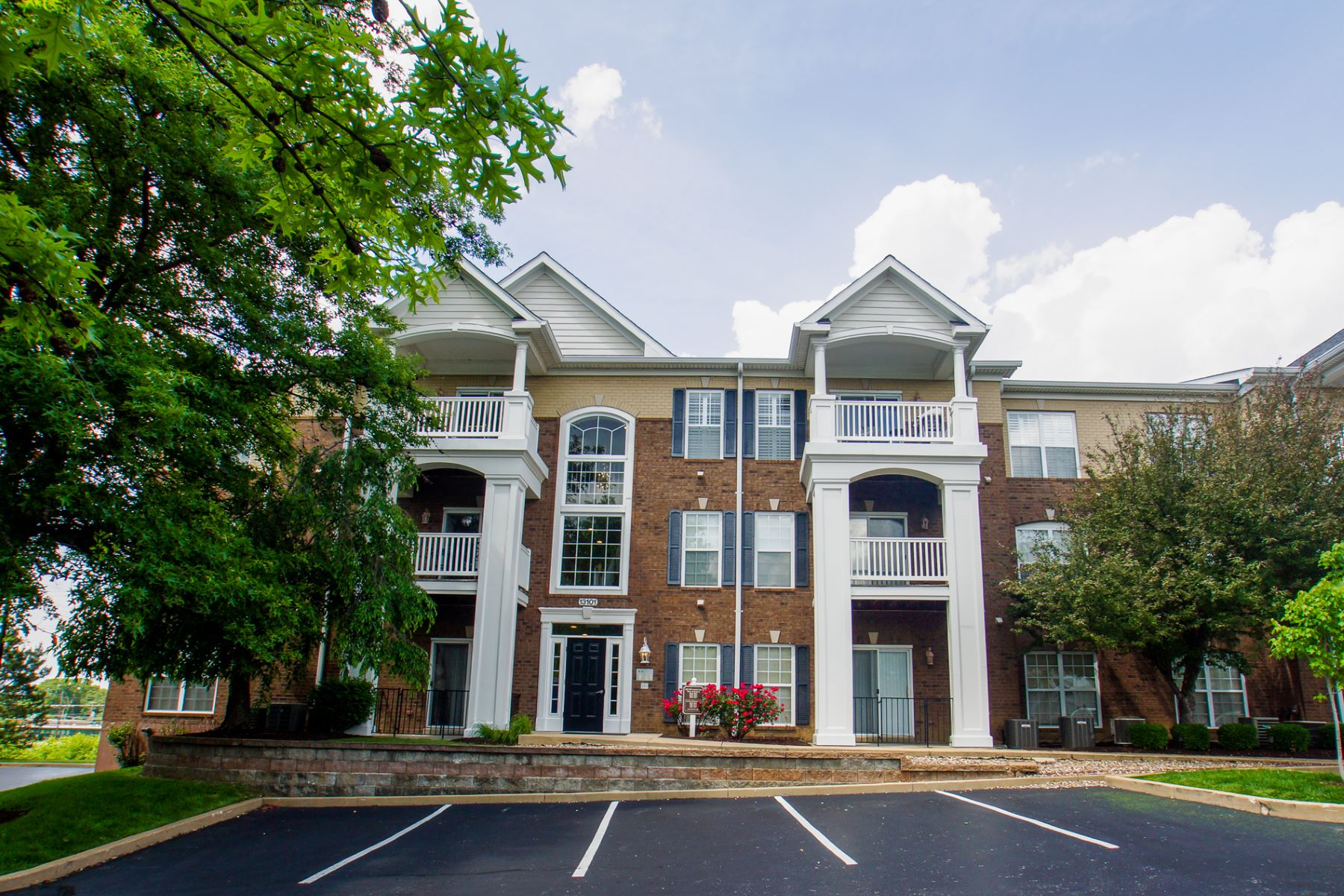 Additional photo for property listing at Lovely Creve Coeur Condo in a Gated Community 13101 Mill Crossing Court #104 Creve Coeur, Missouri 63141 United States