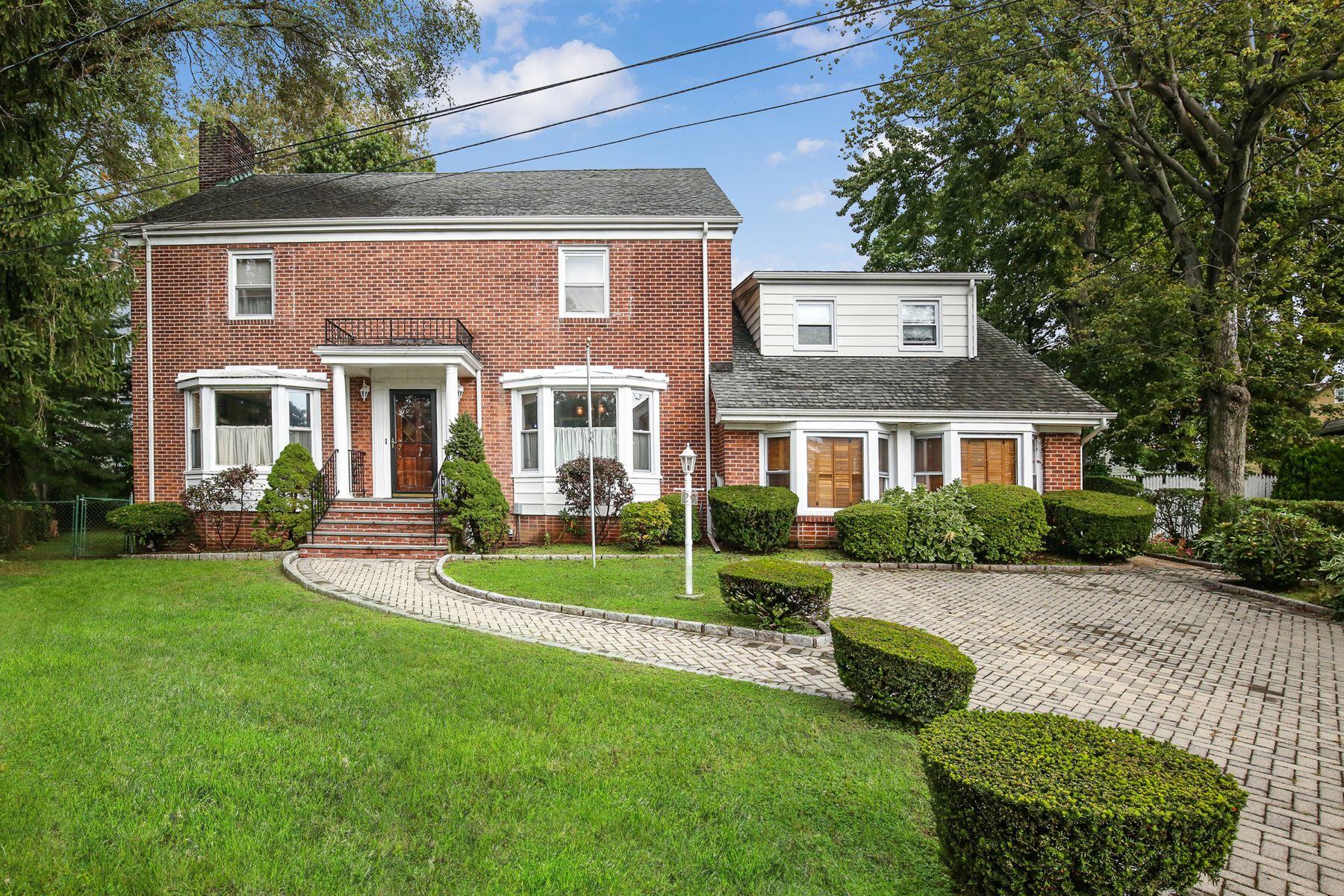 Single Family Homes 為 出售 在 Beautiful Colonial Brick Home 25 Larkspur Lane, Yonkers, 纽约 10704 美國